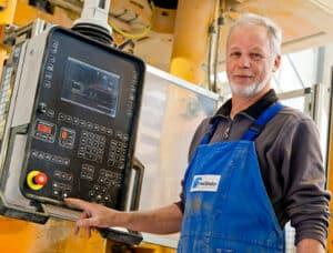 Mitarbeiter bedient Maschinen-Bordcomputer
